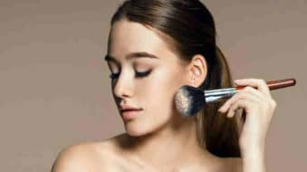 girl is selecting best face powder for daily use